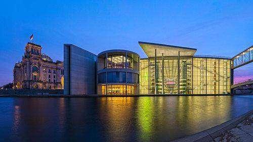 500px-Reichstagsgeb%C3%A4ude_und_Paul-L%C3%B6be-Haus%2C_Berlin-Mitte%2C_170327%2C_ako.jpg