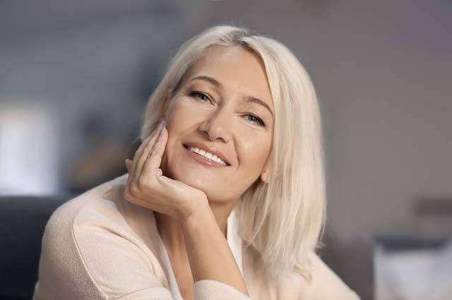 Женщина-средних-лет-улыбается.jpg
