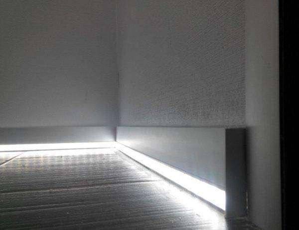 plintus-so-svetodiodnoj-podsvetkoj-e1526926995238-600x461.jpg