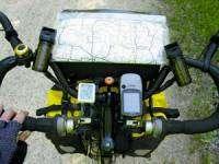 руль, оснащённый различными аксессуарами