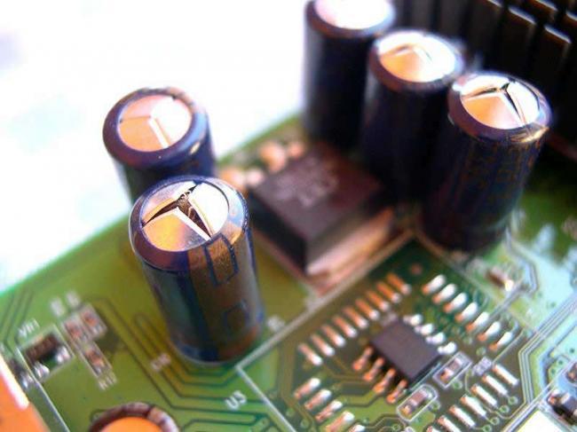 Вскрывшийся конденсатор.jpg